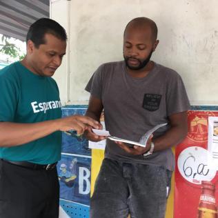 Livros foram entregues em regiões de Petrópolis, Três Rios e Sapucaia