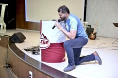 Pastor Fabrício Leão, coordenador do projeto no norte e leste paulista, intercede pelos voluntários da Missão Calebe (Foto: Renan Lima)