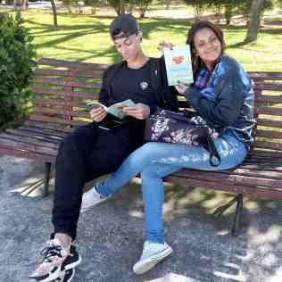 Jovens começaram a ler o livro missionário assim que receberam de presente(Foto: Vanessa Moraes)
