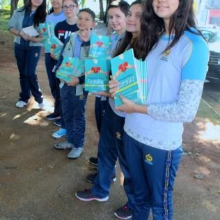 Alunos do Colégio Adventista de Vila Matilde entregam livros em estação de metrô (Foto: Luciclair Januario)