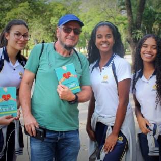 Alunos do Colégio Adventista de Vila Matilde entregam livros no Parque Ibirapuera (Foto: Luciclair Januario)