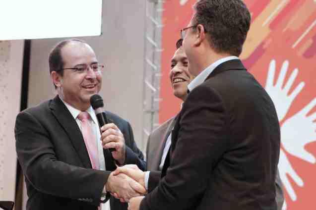 Presidente da APL, pastor Aguinaldo Guimarães cumprimenta líderes da Igreja (Foto: Acervo APL)