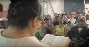 Célia também ajuda na leitura de passagens bíblicas durante a tarde.