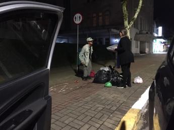 Voluntários entregaram cobertores e sopas durante ação nas ruas de Joinville. [Foto: Colégio Adventista].