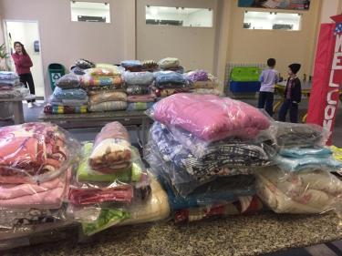 Cerca de 150 cobertores foram arrecadados durante campanha realizado no Colégio Adventista do bairro Costa e Silva. [Foto: Colégio Adventista].