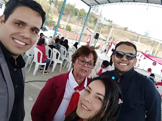 Sônia (lenço vermelho) com o pastor Yuri (esq) e jovens que ajudaram no evento.