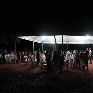 Todas as noites acontecia um culto par adultos e crianças em uma tenda