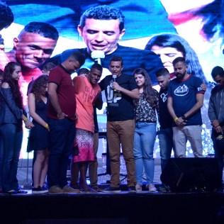 Uma das pessoas abordadas pelos jovens nas ruas foi para a vigília e recebeu uma oração no palco.
