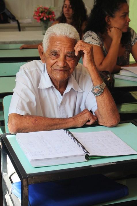 Juvenil Ferreira, aos 91 anos, pisa pela primeira vez em sala de aula. (Foto: Renata Paes)