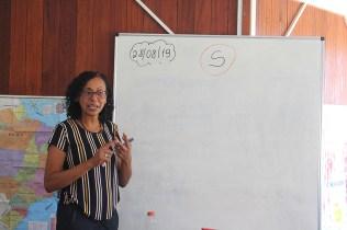 Gilvânia ensina o passo a passo de como ler as letras e formar as palavras. (Foto: Renata Paes)