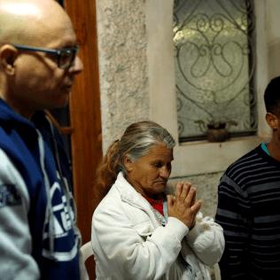 Momento de oração durante o culto em Fazenda Vitória (Crédito: Danúbia França)