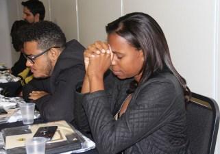 Professores participam de cerimonia espiritual. (Foto: Larissa Luana)