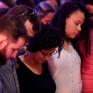 Momento de oração após o testemunho.