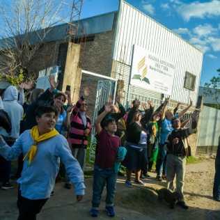 Membros da Igreja agradecem aos jovens missionários.