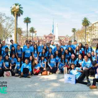 Com a camisa oficial, os 53 alunos participaram do Instituto de Missões na Argentina, com ação social, evangelismo e muita disposição.
