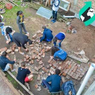 Preparando as pedras para a passarela.