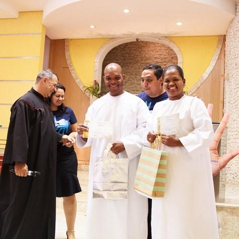 Entrega dos certificados batismais. (Foto: Elenis Ribeiro)