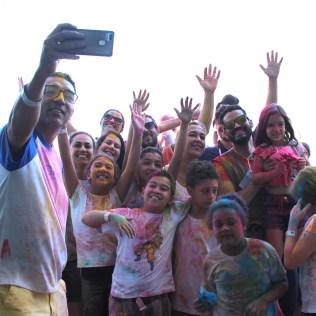 Clube tira selfie após festa das cores (Foto: Gabriela Victorio)
