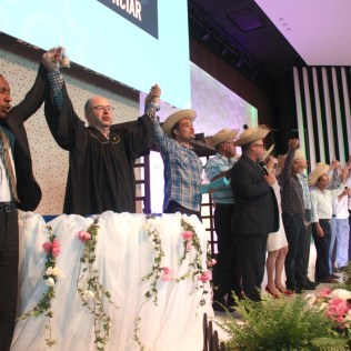Líderes da Associação Paulista Leste vestiram-se à caráter como se estivessem numa colheita de amoras, como o sonho de Ellen White, e uniram-se junto aos participantes para cumprir a missão bíblica de salvação (Foto: Comunicação APL)