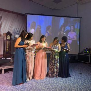 Mulheres representaram as cinco virgens prudentes de Mateus 25 (Foto: Renan Lima)