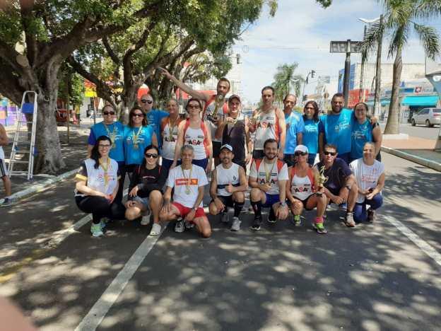 Atletas da ASA e alguns representantes das equipes do mutirão de natal após a corrida.