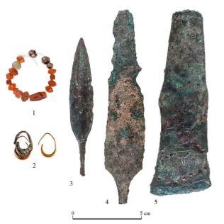 Jóias e punhais encontrados pelos arqueólogos (Foto: Tal Rogovski)