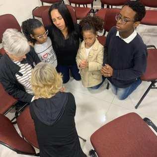 Na Igreja do Belém, leste paulista, membros se reuniram às 5h30 da manhã para orar pelos amigos afastados (Foto: Arquivo Pessoal)