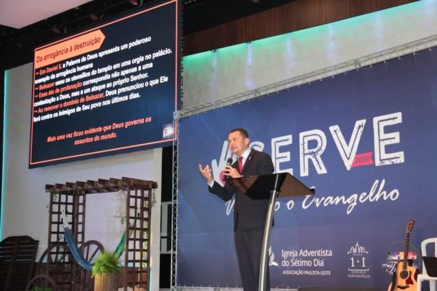 Pastor Delvane Almeida, líder de Escola Sabatina da Associação Paulistana, recapitulou os estudos da semana com os participantes (Foto: Acervo APL)