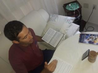 Estudos bíblicos estão sendo ministrados pela internet