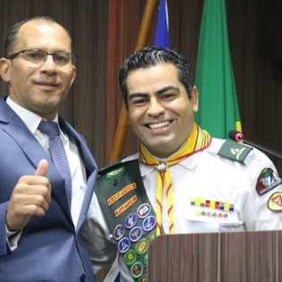 Da direita para esquerda, Vereador Fábio José Tardin – Fabinho (DEM), e Líder dos Desbravadores, para a região Oeste do Mato Grosso, Krysthyann Zeferino