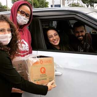 Voluntários receberam alimentos e cestas básicas completas (Crédito: voluntários)