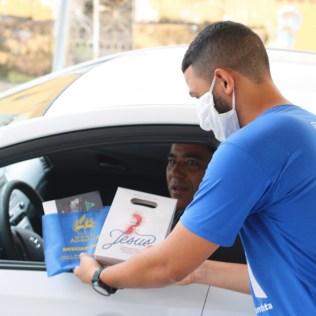 Colaboradores do Colégio entregaram os kits de páscoa observando as medidas de segurança