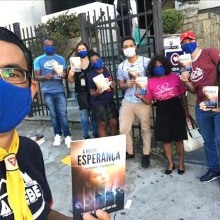 """Jovens voluntários doaram sangue e distribuíram exemplares do livro """"A Maior Esperança"""" (Foto: Arquivo Pessoal)."""
