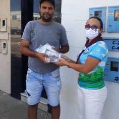 Diretor de controle da Dengue da cidade pegou 20 máscaras para a sua equipe de trabalho.