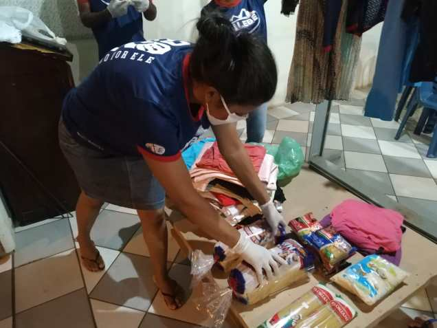 Voluntários organizam alimentos. (Foto: Divulgação)