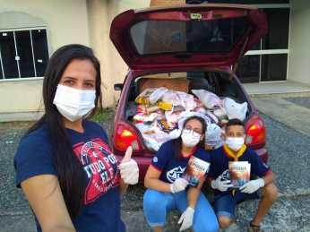 Jovens entregam 200 kg de alimentos a famílias carentes de Joinville. [Foto: Reprodução].