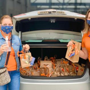 Funcionários encheram veículos de presentes para entregar para mães de alunos. [Foto: Colégio Adventista].