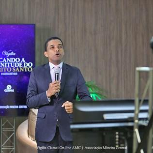 Pr. Julimar Gualberto, apresentador da vigília e líder de Comunicação e Evangelismo da AMC. (Foto: Renata Paes)