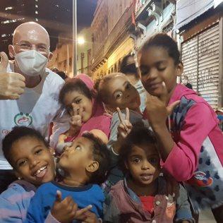 Naó Borges com crianças que recebem alimento diário no projeto CASA Esperança. | Fotos: Marcio Luis Pereira