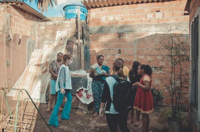 Famílias recebendo doações (Foto: Silvio Couto)