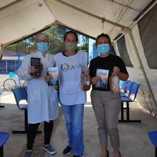 Profissionais de saúde receberam livros e pães. [Foto: ASA da igreja adventista central de Joinville].