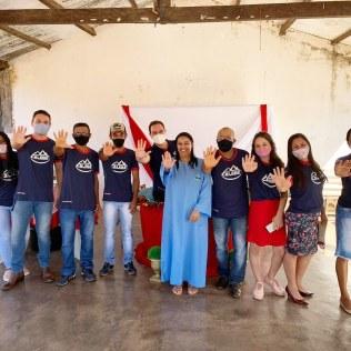 Equipe de calebes celebra o batismo de amiga
