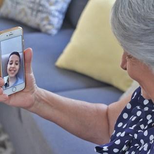 Vovó Celeste conversa com o netinho por chamada de vídeo. (foto: Renata Paes