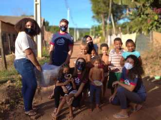 Cuscuz solidário, equipe de Paraíso oferece desejejum para crianças em comunidade carente