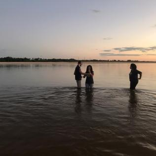 Batismo no rio Tocantins no pôr-do-sol