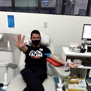 Daniel Ramos, líder dos jovens, durante doação de sangue. [Foto: Arquivo Pessoal].