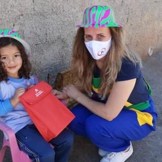 Profa. Simone promoveu atividades lúdicas referentes ao Dia do Folclore e Dia do Soldado. (Foto: Marina Faria)