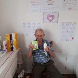 Idosos receberam kits de higiene, de beleza e cartazes dos alunos.[Foto: Arquivo Colégio Adventista]