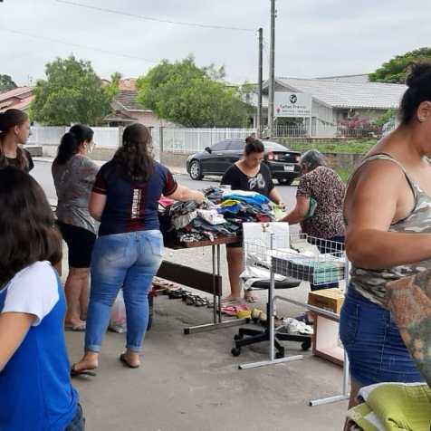 Moradores escolhem itens no bazar solidário. [Foto: Clube de Aventureiros Vagalumes].
