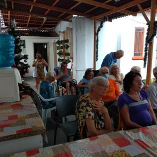 Idosos assistem apresentação do coral. [Foto: Sezinaldo Vargas e Sérgio Kaczan].